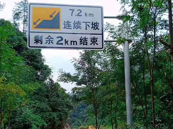 """超载很高车辆让交通标志牌得""""歪脖病"""""""